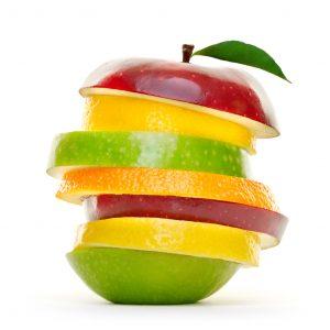 Bunte Früchte in Scheiben.Stapel Obst isoliert